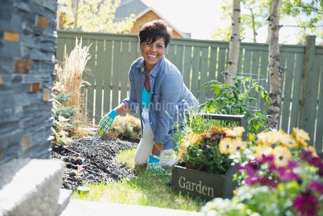 Portrait of mature woman gardening in yardの写真素材 [FYI02291691]
