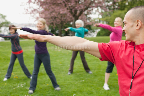 mature women doing a workout in the parkの写真素材 [FYI02291694]