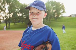 Portrait of preteen baseball player in uniform.の写真素材 [FYI02291712]