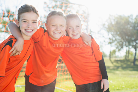 Three female soccer players with arms around each other.の写真素材 [FYI02291756]