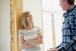 middle aged couple making renovation plansの写真素材 [FYI02291758]