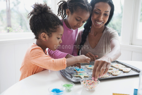 mother and young daughters making cookiesの写真素材 [FYI02291798]