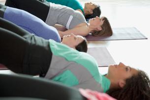 women stretching during yoga classの写真素材 [FYI02291813]