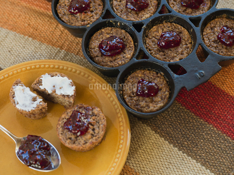 Oatmeal muffins with raspberry jamの写真素材 [FYI02291817]