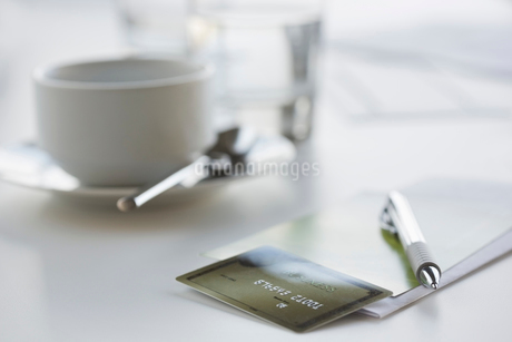 Close-up of pen and credit cardの写真素材 [FYI02291840]