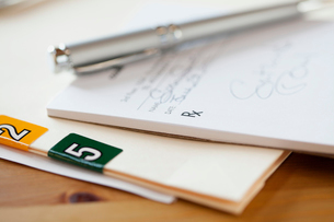 closeup of pen and prescription padの写真素材 [FYI02291843]