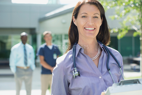 portrait of pretty female doctor standing outdoorsの写真素材 [FYI02291899]