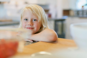 Cute young girl leaning on counter.の写真素材 [FYI02291912]