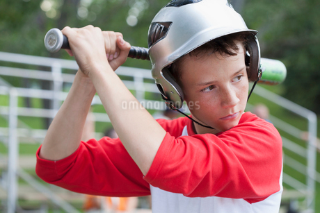 Twelve year old male baseball player ready to bat.の写真素材 [FYI02291921]
