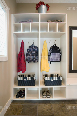 Open shelved closet with backpacks and basketsの写真素材 [FYI02291982]
