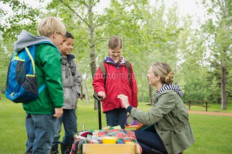 teacher with students on outdoor field tripの写真素材 [FYI02292035]