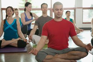 yoga class in lotus poseの写真素材 [FYI02292084]