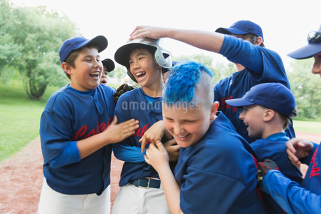 Boys baseball team celebrating after winning game.の写真素材 [FYI02292106]