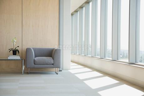 Seating area in hallwayの写真素材 [FYI02292122]
