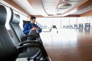businessman in bright, urban officeの写真素材 [FYI02292123]