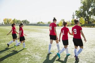 Soccer team walking off soccer field.の写真素材 [FYI02292185]