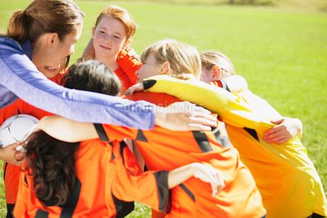 Coach huddling with girls soccer team.の写真素材 [FYI02292223]