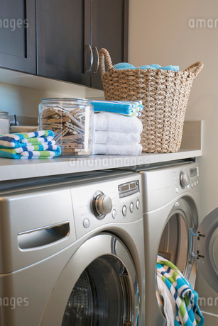 Contemporary laundry room with storage and washer and dryer.の写真素材 [FYI02292249]