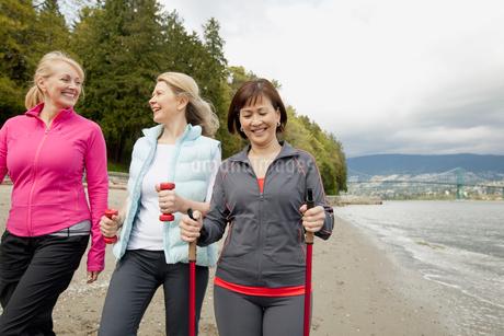 mature friends walking along the beachの写真素材 [FYI02292252]