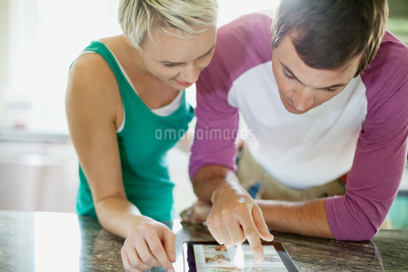 mid adult couple sharing pc tabletの写真素材 [FYI02292255]