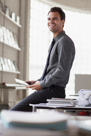 young architects smiling while sitting on deskの写真素材 [FYI02292271]
