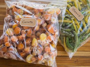 Fresh frozen carrots and beans in freezer bagsの写真素材 [FYI02292300]