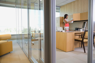 Businesswoman organizing officeの写真素材 [FYI02292302]