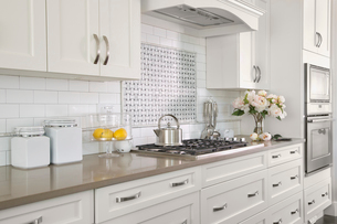 Stove in contemporary white kitchenの写真素材 [FYI02292310]