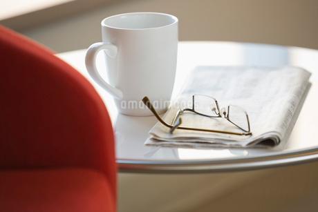 Eyeglasses, newspaper and coffee mug on tableの写真素材 [FYI02292367]