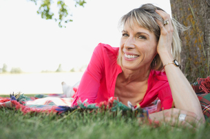 Middle-aged woman relaxing outdoorsの写真素材 [FYI02292383]