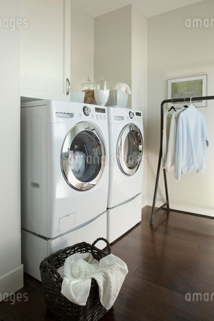 Laundry room in contemporary homeの写真素材 [FYI02292405]