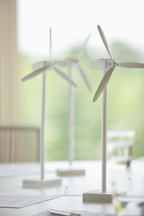 Wind turbine models on office deskの写真素材 [FYI02292485]