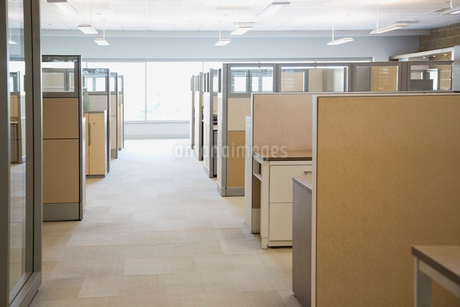 Empty aisle between cubiclesの写真素材 [FYI02292517]