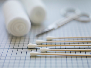 Cotton swabs and bandages on tableの写真素材 [FYI02292523]