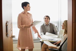 Businesswoman talking with colleagues in board roomの写真素材 [FYI02292524]