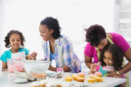 Multi-generation females preparing cupcakesの写真素材 [FYI02292557]