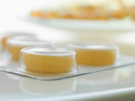 Close-up of yellow pills in blister packの写真素材 [FYI02292582]