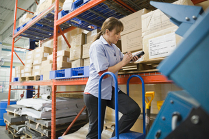 Worker using bar code reader in warehouseの写真素材 [FYI02292645]