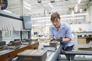 Worker calibrating machine in manufacturing factoryの写真素材 [FYI02292727]