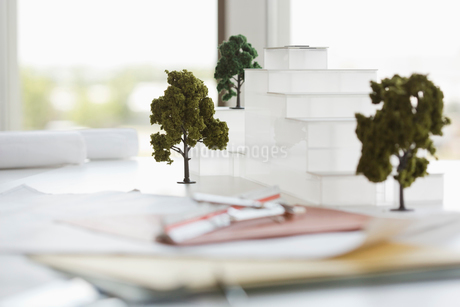 Architectural model on office deskの写真素材 [FYI02292733]
