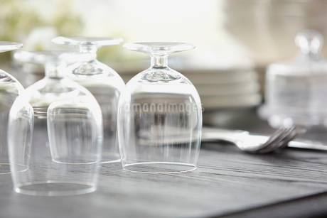 Wineglasses upside down on dining tableの写真素材 [FYI02292831]