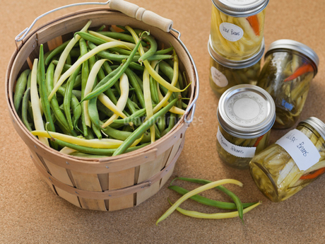 Fresh and canned beans on tableの写真素材 [FYI02292846]