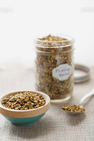 Pickling spices on tableの写真素材 [FYI02292910]
