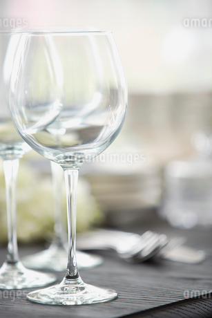 Empty wineglass on dining tableの写真素材 [FYI02292948]
