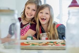 Portrait of girls decorating cookiesの写真素材 [FYI02292961]