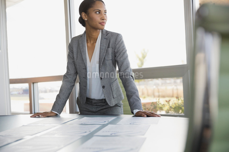 Businesswoman standing at conference tableの写真素材 [FYI02292977]