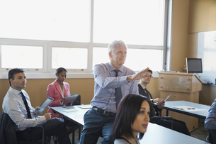 Instructor explaining to adult students in training classの写真素材 [FYI02293015]