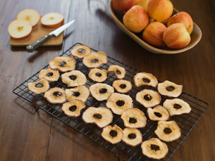Dried apple slices on rackの写真素材 [FYI02293016]