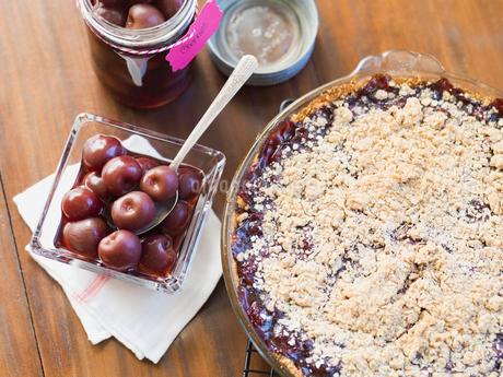 Fresh cherries and pie on tableの写真素材 [FYI02293030]