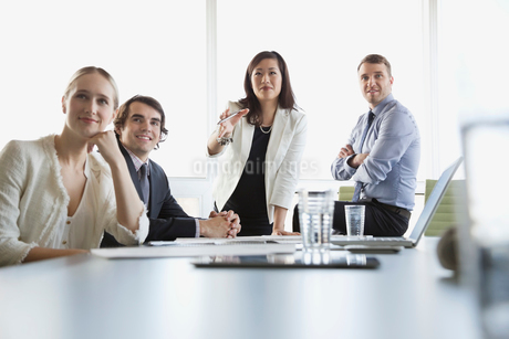 Businesswoman discussing presentation with coworkersの写真素材 [FYI02293044]
